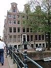 foto van Twee sinds eeuwen samengetrokken huizen waarvan het laatste een hoekhuis