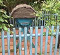 Ruche horizontale installée dans un jardin.JPG