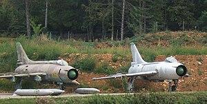 Sukhoi Su-17 - A Su-20 (left) next to an older, similar Su-7BKL.