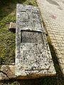 Saint-Sauveur (Dordogne) église tombe.JPG
