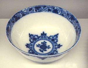 Soft-paste porcelain - Saint-Cloud manufactory soft porcelain bowl, with blue decoration under glaze, 1700-1710.