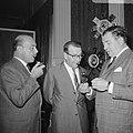 Samen met de acteur Jan Teulings en zijn Britse collega Rupert Davies, bij het b, Bestanddeelnr 919-5219.jpg