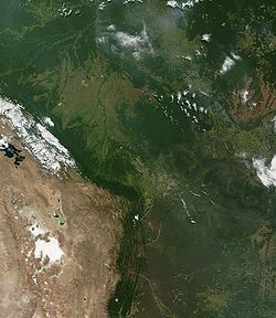 Desmatamento na Bolöia (área no canto superior esquerdo da imagem, ao longo de uma estrada)