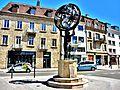 Sculpture sur une place de la ville.jpg