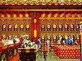 Singapore Buddha Tooth Relic Temple Innen Vordere Gebetshalle 12.jpg