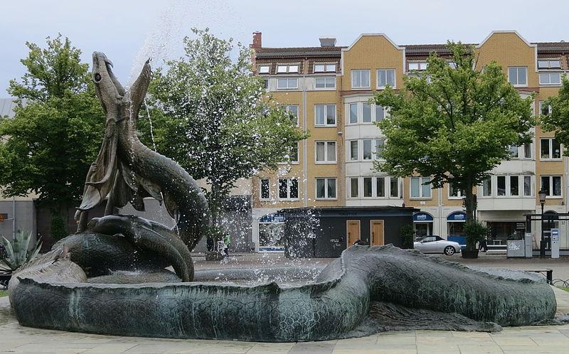 File:Sjöormen av Axel Ebbe, fontän i Trelleborg.jpg