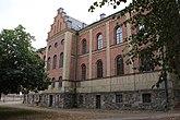 Fil:Skara stift- och landsbibliotek baksida från höger.JPG