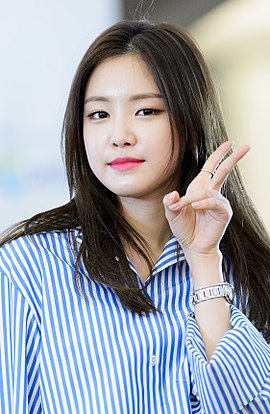 Son Na-eun at Duoback fansigning event, 5 March 2016 04.jpg