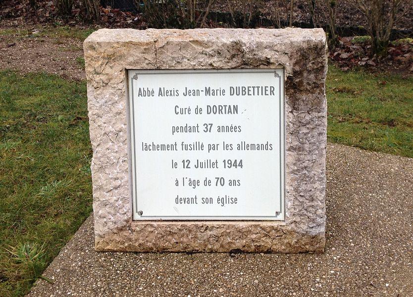 Stèle de l'abbé Dubettier à Dortan, place de l'abbé- Dubettier. Il fut assassiné par les allemands le 12 juillet 1944.