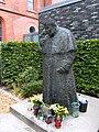St.-marien-dom-hamburg-johannes-paul-II-statue-mit-dom.JPG