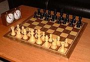 Schachspiel mit dem typischen Staunton-Design und Schachuhr