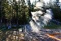 Strahlenbüschel bei Thermalquelle im Yellowstone-Nationalpark.jpg