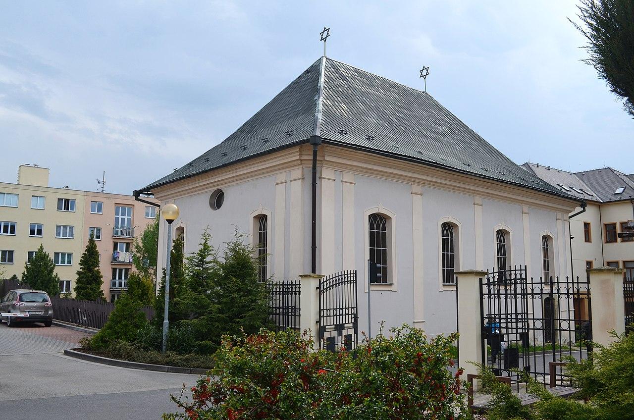 Synagoga a Poláčků památník - panoramio.jpg