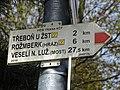 Třeboň, rozcestník u autobusového nádraží, červená směrovka.jpg