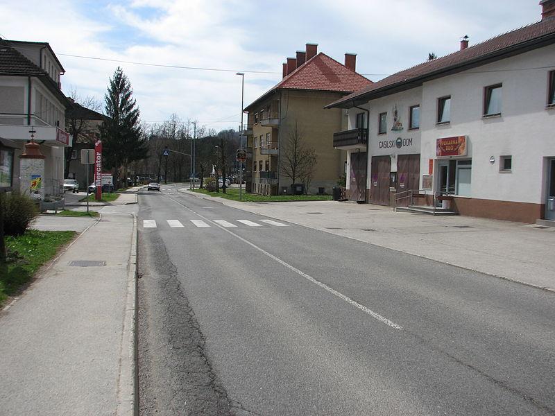 Plik Titova Cesta S Pogledom Na Gasilski Dom Jpg Wikipedia Wolna