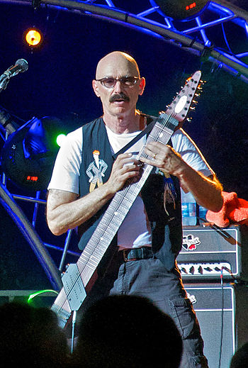 English: Tony Levin performing on stage at Mis...