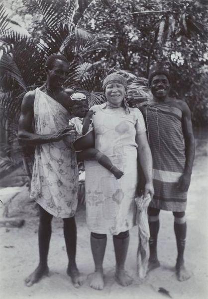 File:Tropenmuseum Royal Tropical Institute Objectnumber 60006034 Marrongezin waarvan de moeder albino.jpg