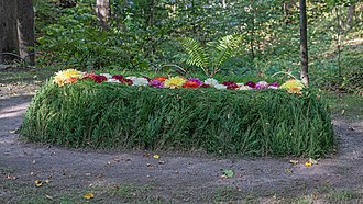 Tolstoy's grave with flowers at Yasnaya Polyana Tula YasnayaPolyana asv2019-09 img12 LNTolstoy grave.jpg