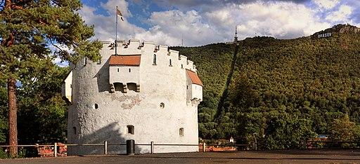 Turnul alb din Brașov; pe fundal se vede Tâmpa