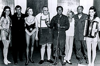 Deadpan - Rat Pack comedian Joey Bishop, noted for his deadpan style, with Jennie and Terrie Frankel (Doublemint Twins), Sig Sakowitz, Tony Diamond, Sara Sue, Tippi Hedren and Mel Bishop