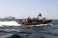 US Navy 030524-N-4441P-075 Nadmuchiwana łódź ze sztywnym kadłubem (RHIB) z członkami Special Boat Team (SBT) zbliża się do Joint Venture.jpg