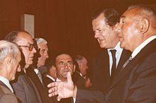 Olivier Guichard (2e à droite) à Évron en compagnie de Raoul Vadepied (1er à droite) en 1973.
