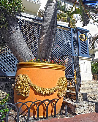 Casa Casuarina - Image: Versace mansion golden planters