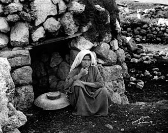 Palestinian cuisine - Village oven, taboun, in Palestine. Photo taken between 1898 and 1914 by American Colony, Jerusalem.