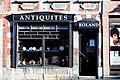 Vitrine d'un magasin d'antiquités, 102 rue de Nimy à Mons -130202- fr.jpg