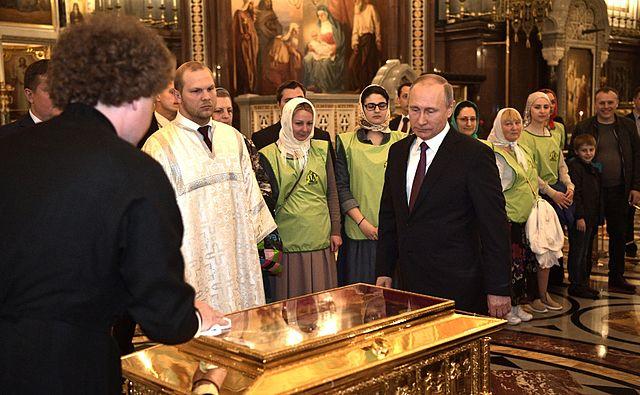 Президент РФ Владимир Путин возле ковчега с мощами святителя Николая. Москва, Храм Христа Спасителя, 24 мая 2017 года