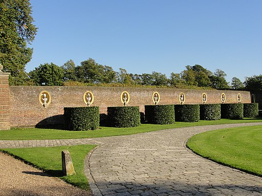 Wall Statues and Topiary at the front of Ham House (5075814469)