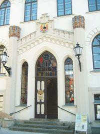 Eingang zum Warener Rathaus, oben das Wappen der Stadt.