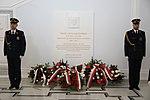 Warta honorowa straży marszałkowskiej przy tablicy Prezydenta RP Lecha Kaczyńskiego.jpg