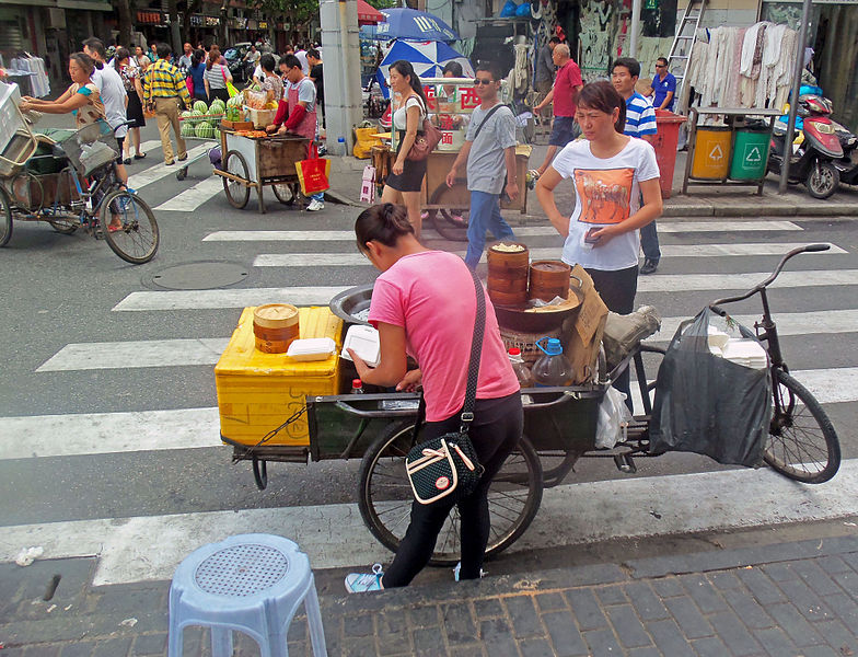 File:Woman preparing food from bike on street in Shanghai.jpg