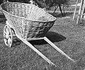 """""""Šatrga"""" za """"futr"""" (hrano) za živino vozit z njive, pletena iz leščevja, Dobrava 1957 (cropped).jpg"""