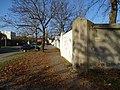 Ďáblická, zeď Ďáblického hřbitova.jpg