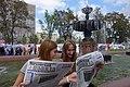 Девочки читают газету Московская правда 1.JPG