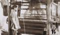 Рабочий у ткацкого станка на фабрике.png