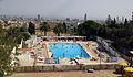 10 Piscina municipal del Guinardó, al fons Can Planàs.jpg