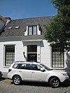 foto van Laag gepleisterd huis met rechte kroonlijst