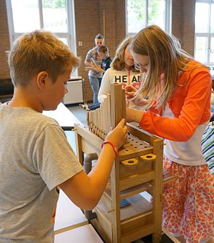 Music education - Children in primary school are assembling a do-organ of Orgelkids