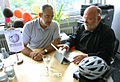 2014-07-15 Georg Rinke und Reinhold Fahlbusch vom sozialen Kaufhaus fairKauf eG am Rechner im Wikipedia.Büro Hannover.JPG