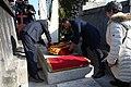 2019-02-24, El presidente del Gobierno, Pedro Sánchez, durante la ofrenda floral ante la tumba del presidente de la II República Manuel Azaña, exilio2.jpg