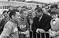 51ste Tour de France 1964 Anquetil in gesprek met publiek, Bestanddeelnr 916-5831.jpg