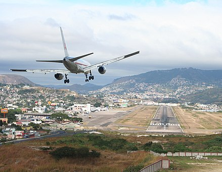 An American Airlines Boeing 757 landing at Toncontin International Airport 757landing-toncontin.jpg