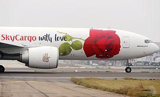 Emirates 777 Cargo - A6-EFL por 湯小沅 via Wikipedia Commons