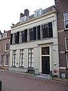 foto van Gepleisterd huis met rechte kroonlijst en zadeldak