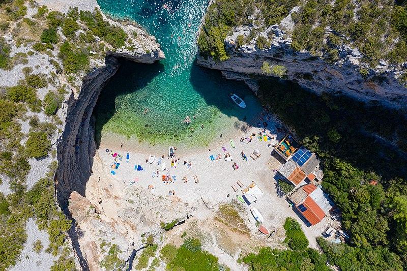 Fájl: Légifelvételek a Stiniva -öbölnek Horvátország Vis szigetén (48608662256) .jpg