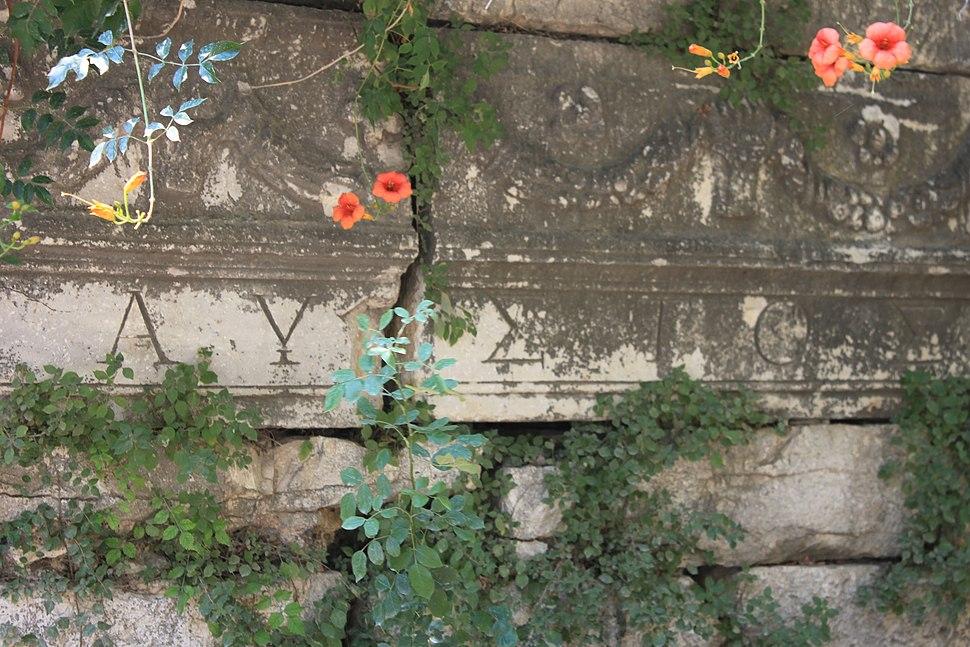 Apollonia ad Rhyndacum, Spolie in der byzantinischen Burgmauer