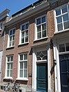 foto van Huis met eenvoudige lijstgevel met deuromlijsting